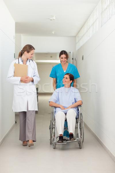 Pielęgniarki popychanie pacjenta wózek mówić lekarza Zdjęcia stock © wavebreak_media