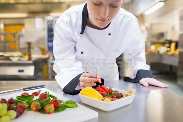 Zdjęcia stock: Kucharz · sałatka · owocowa · kuchnia · tle · restauracji · truskawki