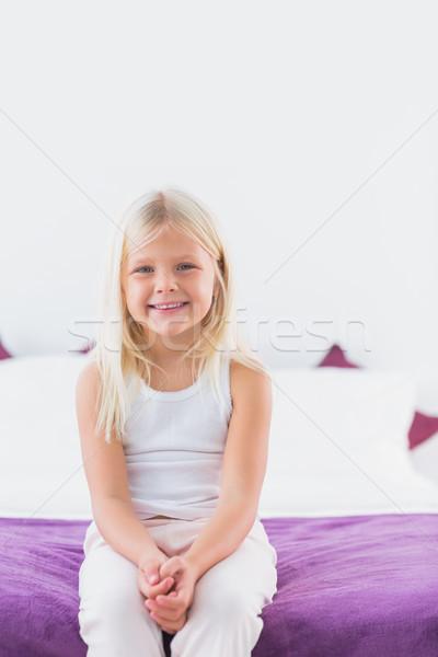 Nina sesión doble cama dormitorio nino Foto stock © wavebreak_media