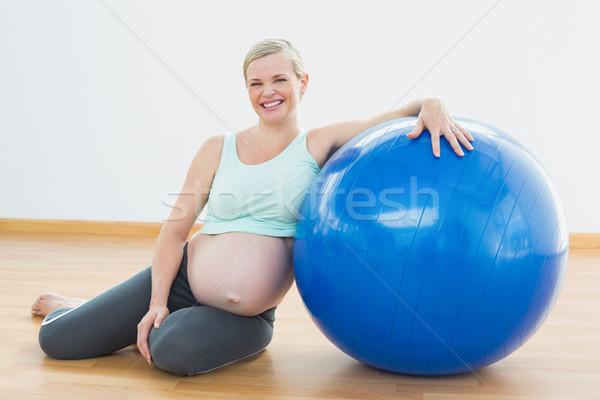 Terhes nő ül vmi mellett testmozgás labda mosolyog Stock fotó © wavebreak_media