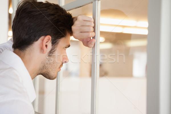 Casual preocupado empresario ventana oficina Foto stock © wavebreak_media