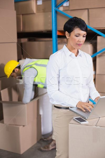 Bella magazzino manager utilizzando il computer portatile business Foto d'archivio © wavebreak_media