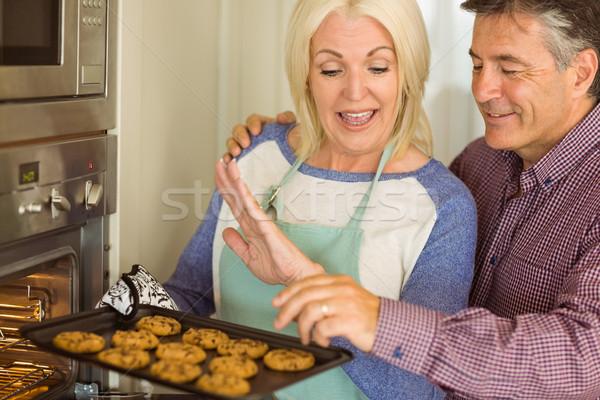 Vrouw dienblad vers cookies uit Stockfoto © wavebreak_media