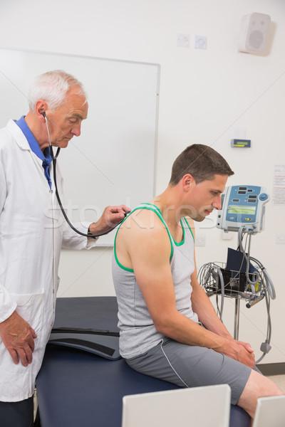 Orvos hallgat beteg sztetoszkóp orvosi centrum Stock fotó © wavebreak_media