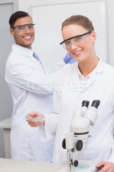 Wetenschappers onderzoeken schotel laboratorium vrouw Stockfoto © wavebreak_media