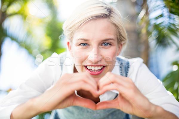 довольно улыбаясь камеры формы сердца рук Сток-фото © wavebreak_media