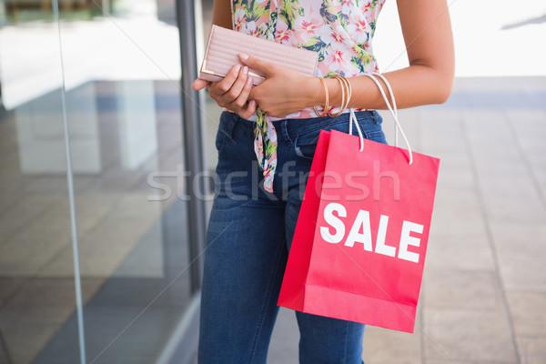 Nő tart pénztárca bevásárlószatyor pláza tavasz Stock fotó © wavebreak_media