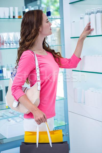 Mulher bonita compras cosméticos farmácia feminino cliente Foto stock © wavebreak_media