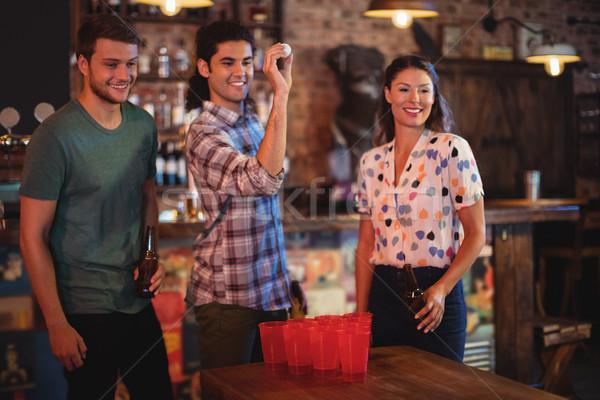Grupo feliz amigos jugando cerveza juego Foto stock © wavebreak_media