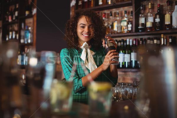 Portre kadın barmen kokteyl içmek shaker Stok fotoğraf © wavebreak_media