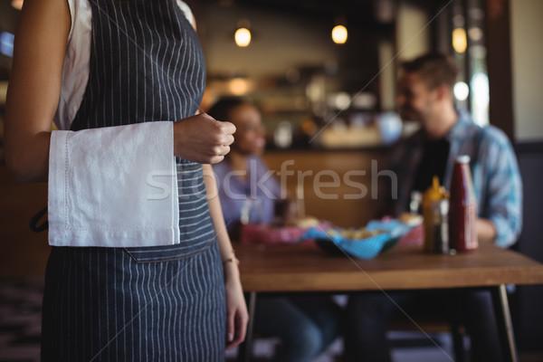 Cameriera tovagliolo piedi ristorante hotel Foto d'archivio © wavebreak_media
