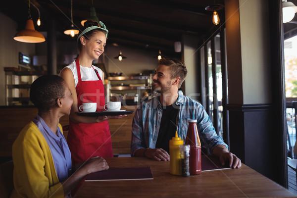 Camarera cliente restaurante vidrio mesa hotel Foto stock © wavebreak_media
