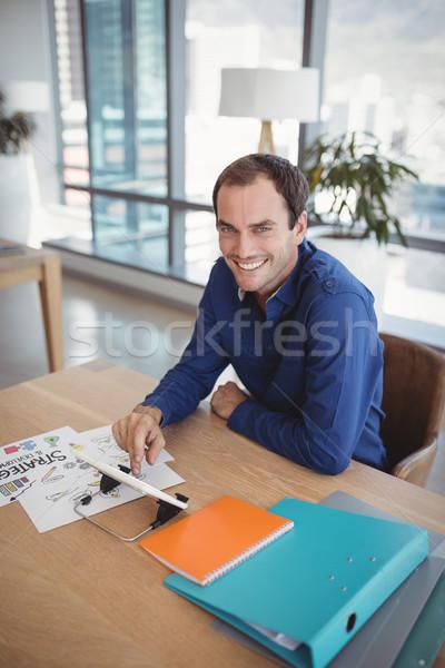 Portrait souriant exécutif numérique comprimé bureau Photo stock © wavebreak_media