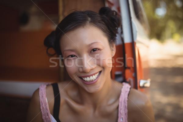Stok fotoğraf: Portre · gülümseyen · kadın · oturma · mini · kamyonet · ev