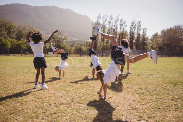 Uczennice handstand parku dziewczyna Zdjęcia stock © wavebreak_media