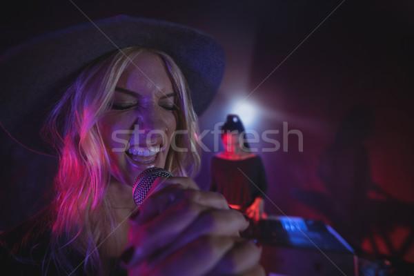 Kobiet piosenkarka gry fortepian Zdjęcia stock © wavebreak_media