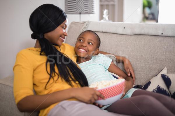 ストックフォト: 母親 · 娘 · ポップコーン · ソファ · ホーム