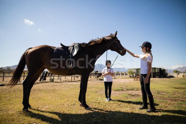 Dois meninas em pé cavalo rancho Foto stock © wavebreak_media