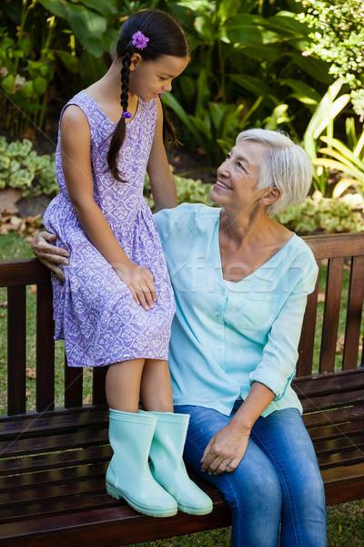 祖母 孫娘 座って 木製 ベンチ ストックフォト © wavebreak_media