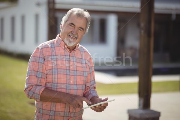 Gülen kıdemli adam dijital tablet Stok fotoğraf © wavebreak_media