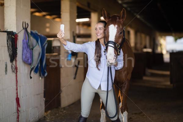 Vrouwelijke dierenarts paard stabiel vrouw Stockfoto © wavebreak_media
