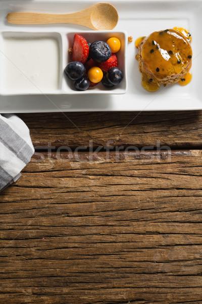 Egészséges reggeli adag tányér fa asztal fitnessz Stock fotó © wavebreak_media