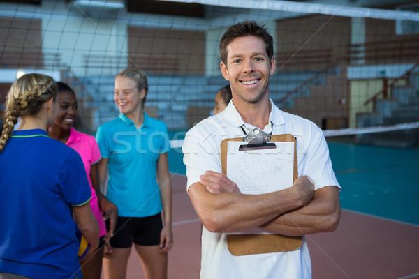 Uśmiechnięty mężczyzna trenerem stałego siatkówka sąd Zdjęcia stock © wavebreak_media