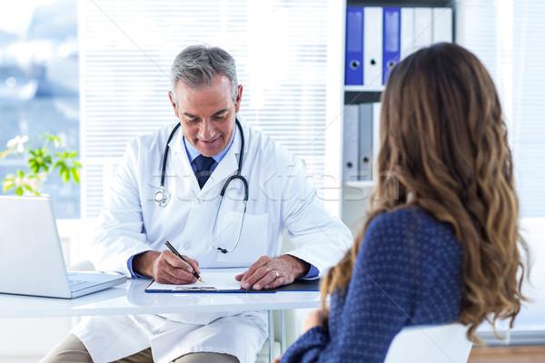 Mężczyzna lekarz piśmie recepta kobieta szpitala posiedzenia Zdjęcia stock © wavebreak_media