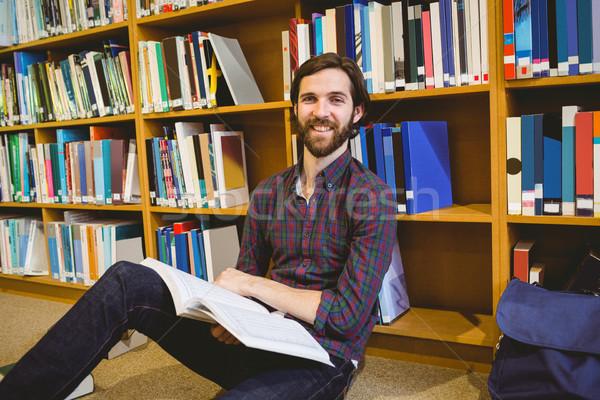 студент чтение книга библиотека полу университета Сток-фото © wavebreak_media