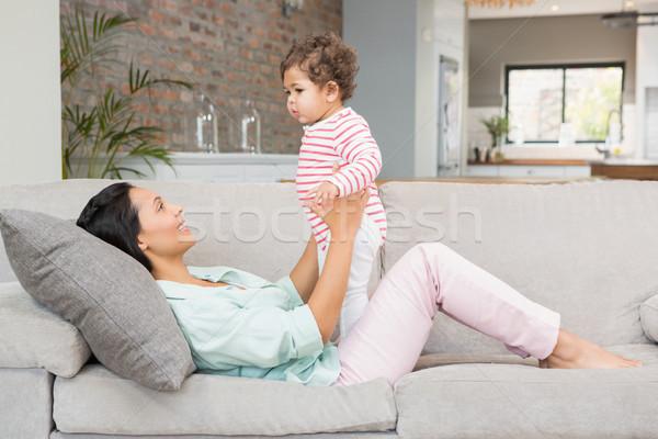 Gülen esmer oynama bebek kanepe mutlu Stok fotoğraf © wavebreak_media