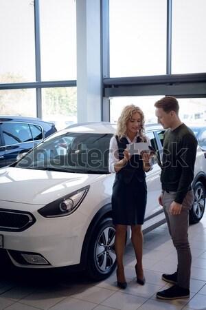 Sprzedawczyni czytania broszura stałego klienta samochodu Zdjęcia stock © wavebreak_media