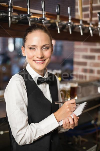Toma bloc de notas bar de trabajo femenino camisa Foto stock © wavebreak_media