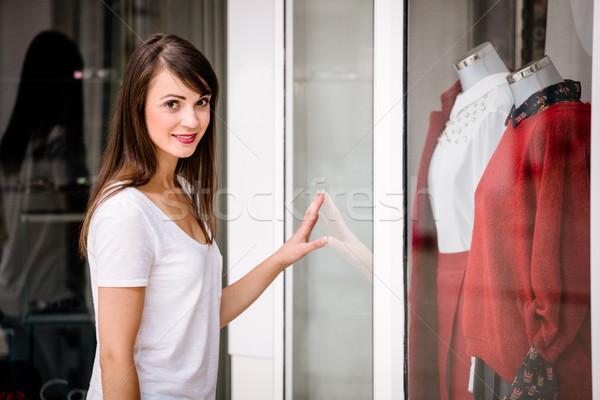 Portré gyönyörű nő ablak vásárlás pláza boldog Stock fotó © wavebreak_media