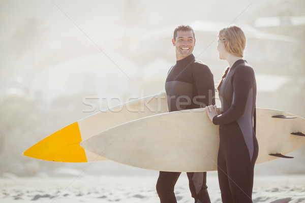 Casal prancha de surfe em pé praia homem Foto stock © wavebreak_media