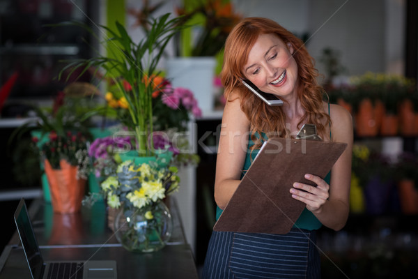 Femenino florista toma para teléfono móvil Foto stock © wavebreak_media
