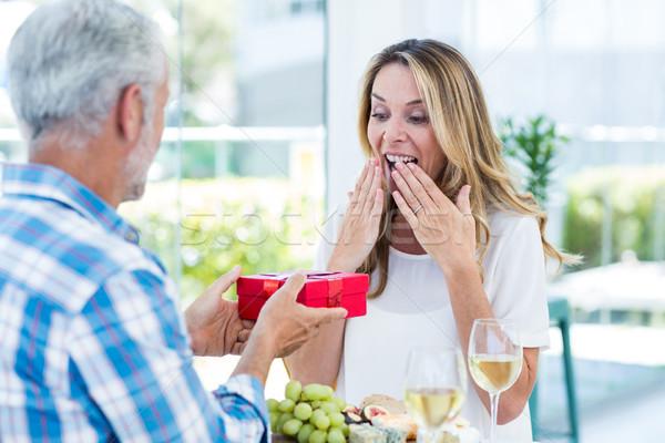 Femme étonné mari cadeau restaurant homme Photo stock © wavebreak_media