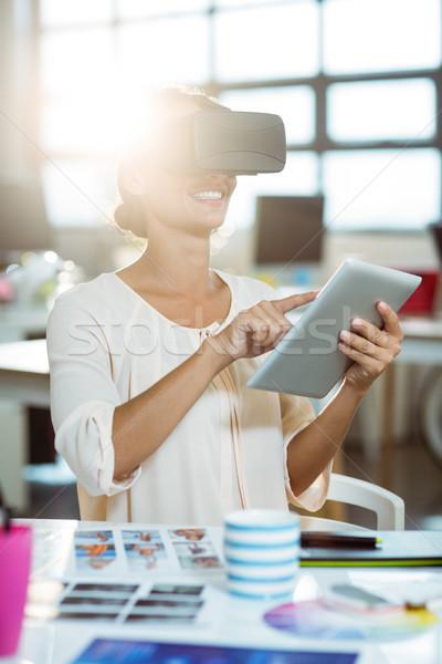Femenino gráfico disenador virtual realidad auricular Foto stock © wavebreak_media