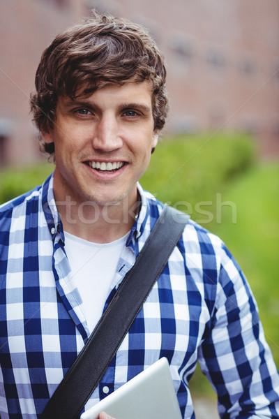 Glimlachend student permanente campus digitale tablet Stockfoto © wavebreak_media