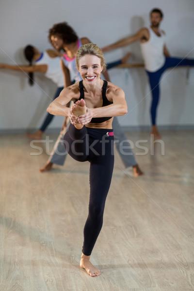 Nő előad nyújtás testmozgás portré fitnessz Stock fotó © wavebreak_media