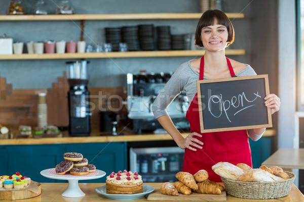 Sorridere cameriera ritratto cafe Foto d'archivio © wavebreak_media