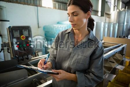 Technikus néz lista szerver szoba számítógép Stock fotó © wavebreak_media