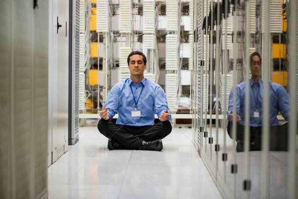 Technikus meditál folyosó szerver szoba férfi Stock fotó © wavebreak_media
