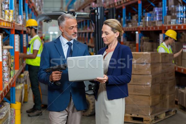 Armazém gerente cliente usando laptop computador homem Foto stock © wavebreak_media