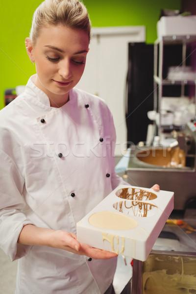 Trabalhador chocolate cozinha mulher Foto stock © wavebreak_media