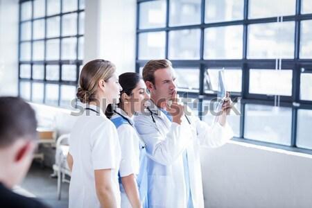 Cerrahlar doktor hemşire bakıyor dijital tablet Stok fotoğraf © wavebreak_media