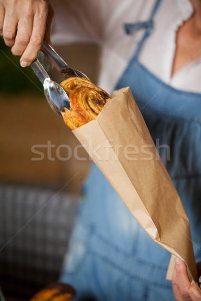 Női személyzet csomagol édes étel papírzacskó áruház Stock fotó © wavebreak_media