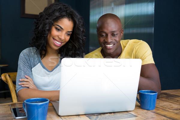 Paar met behulp van laptop tabel coffeeshop computer gelukkig Stockfoto © wavebreak_media