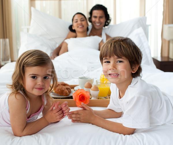 Glimlachend familie ontbijt slaapkamer portret voedsel Stockfoto © wavebreak_media