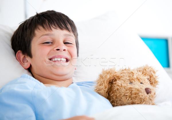 Sorridere piccolo ragazzo letto di ospedale orsacchiotto Foto d'archivio © wavebreak_media