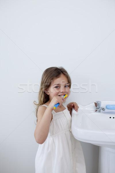 Meisje schoonmaken tanden badkamer exemplaar ruimte glimlachend Stockfoto © wavebreak_media